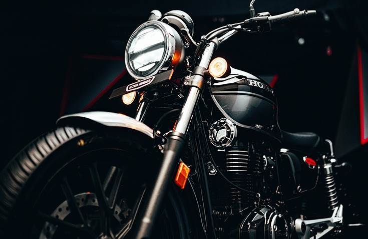 An amalgamation of retro-modern, the Honda Hness CB 350 comes equipped with a telescopic front suspension, alloy wheels, front and rear disc brakes and dual-channel ABS.