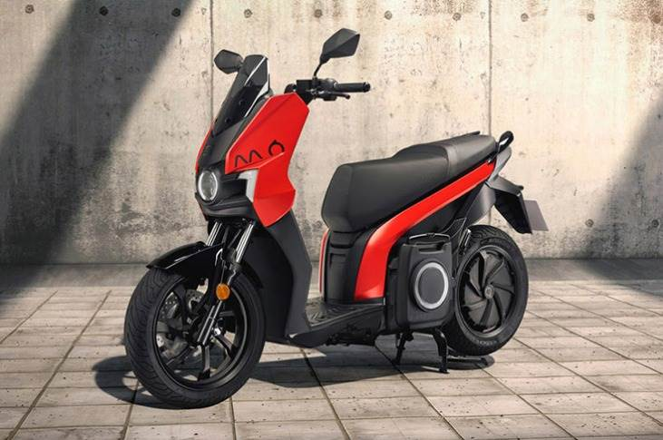 Range-topping 125 model is a full-fledged electric motorcycle. It mates a 12bhp motor to a 5.6kWh battery, providing a range of up to 125km and the performance of a 125cc motorcycle.