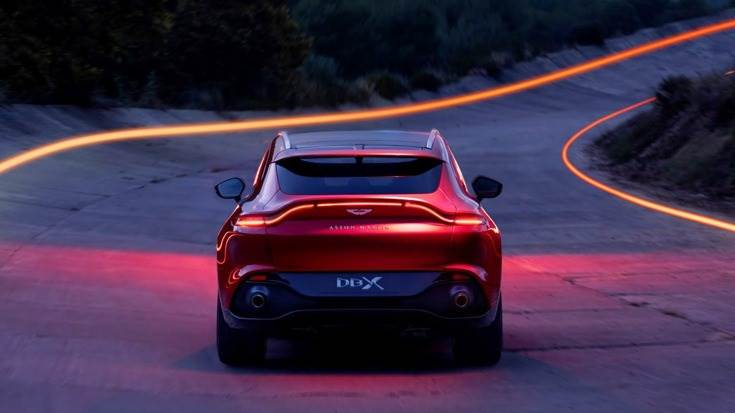 Powered by a new version of the 4-litre, twin-turbocharged V8 engine found in the DB11 and Vantage, DBX features an impressive output of 542 hp and 700 Nm of torque