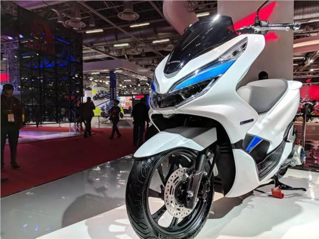 The PCX is 1923mm long, 745mm wide, and 1107mm tall.This eco-friendly Honda develops 0.98kW, is equipped with a high-output motor developed independently by Honda as well as the Honda Mobile Power Pack, a detachable lithium ion mobile battery pack.