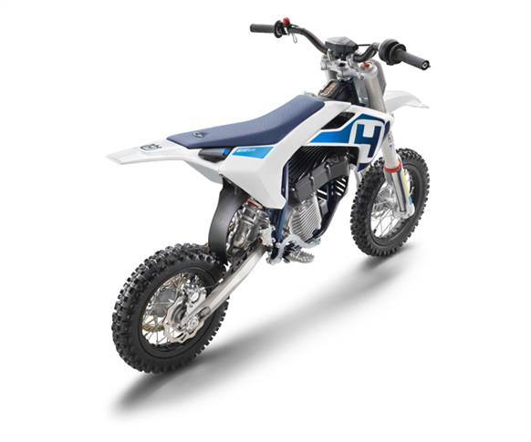 Set to rival any 50cc fuel-powered motorcycle, Husqvarna EE 5 is a fully adaptable, five-kilowatt competition machine.