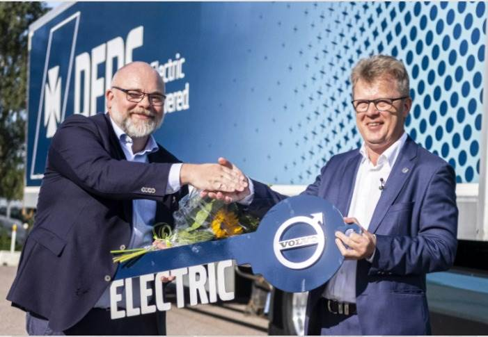 The first Volvo FM Electric was handed over by Roger Alm, President Volvo Trucks (right), to DFDS in August. The delivery of the additional 100 trucks will start in Q4 next year.