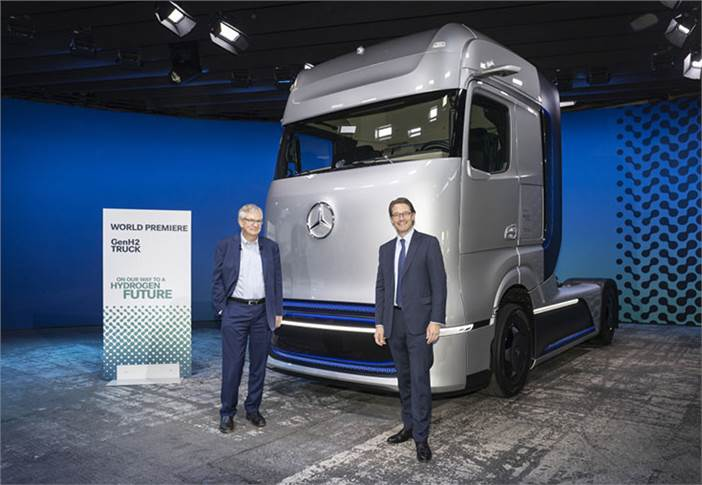 L-R: Martin Daum, chairman of the Board of Management of Daimler Truck and Member of the Board of Management of Daimler, and Andreas Scheuer, Federal Minister of Transport and Digital Infrastructure, in front of the Mercedes-Benz GenH2 Truck.
