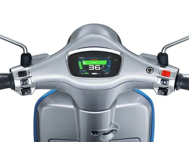 By pressing the MAP button on the right-hand side of the handlebar, the rider can choose between two modes: ECO and Power, in addition to Reverse mode for easier handling of Vespa Elettrica while manoeuvring.