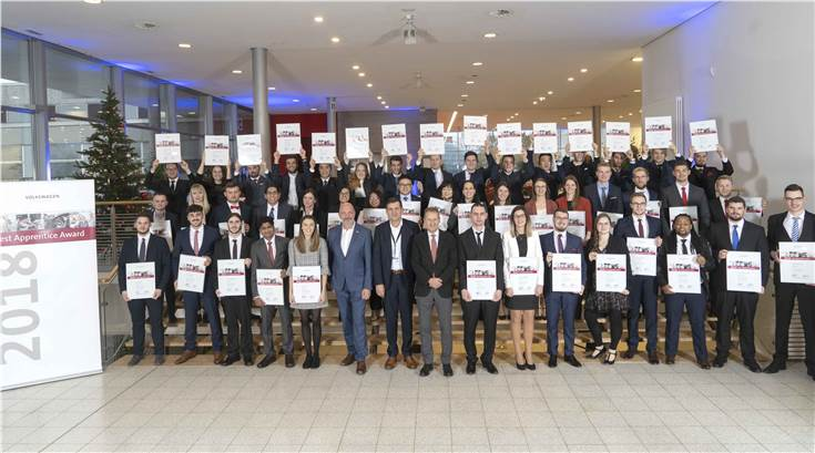Recipients of best Apprentice Award 2018 along with Volkswagen AG management strike a pose with their certificates