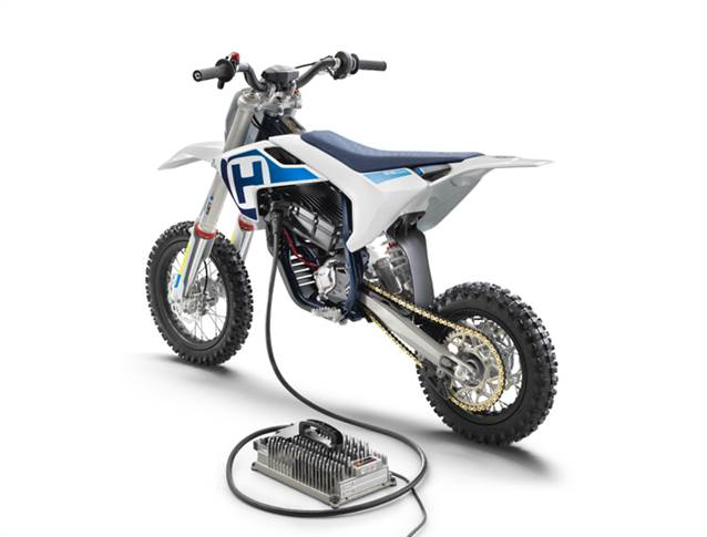 Husqvarna EE 5 mini-bike has state-of-the-art electric motor with 5 kW peak performance. Takes 70 minutes to fully charge the lithium-ion battery.