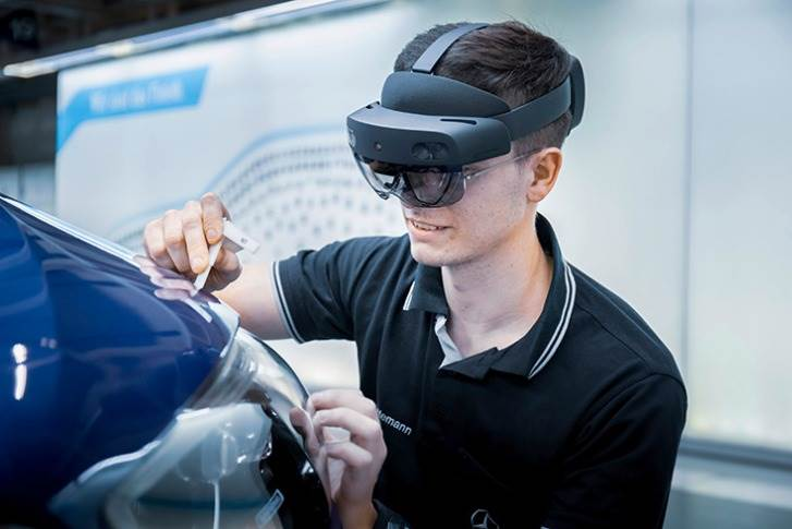 Through the use of digital tools such as augmented reality glasses, direct replacement is possible in the worldwide C-Class production.
