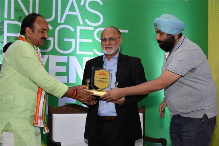 Sohinder Singh Gill, director general, SMEV and CEO, Hero Electric being awarded the EV Man of the Year Award.