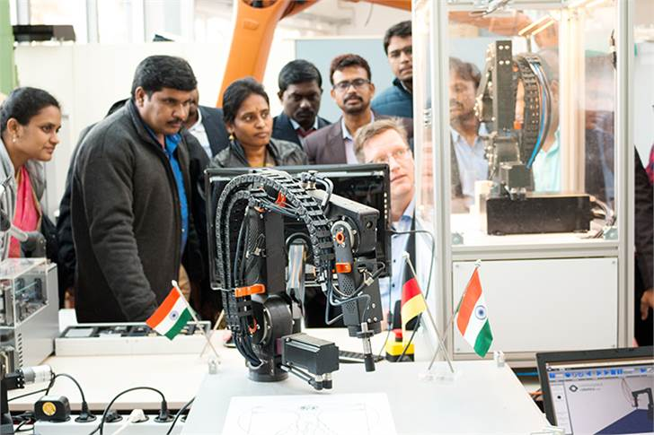 During a workshop in Aachen, Indian professors learned directly from the software developer how easy it is to put the Robolink low-cost robot arms from igus into operation.