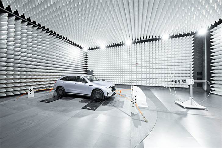 Mercedes-Benz F015 in the antenna test chamber: The complex simulation of global radio communication services al lows system development in terms of maximum data throughput.