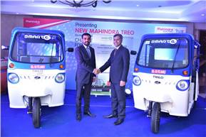 Mahesh Babu, CEO – Mahindra Electric and Goldie Srivastava, co-founder and CEO, SmartE, post MoU signing, to deploy Treo range of electric 3-wheelers in Delhi-NCR.