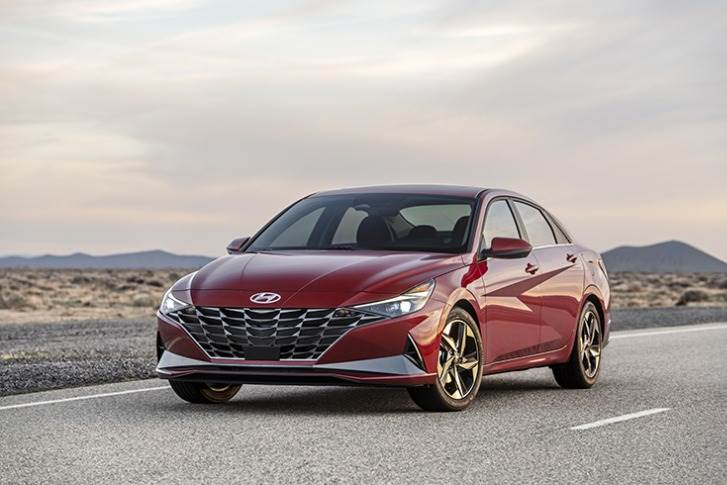 The 2021 Elantra gains 2.2 inches in overall length and 0.8 inch in its wheelbase, and the overall width is increased one inch. The overall height also dropped 0.8 inch, and the front cowl point was moved back almost two inches.