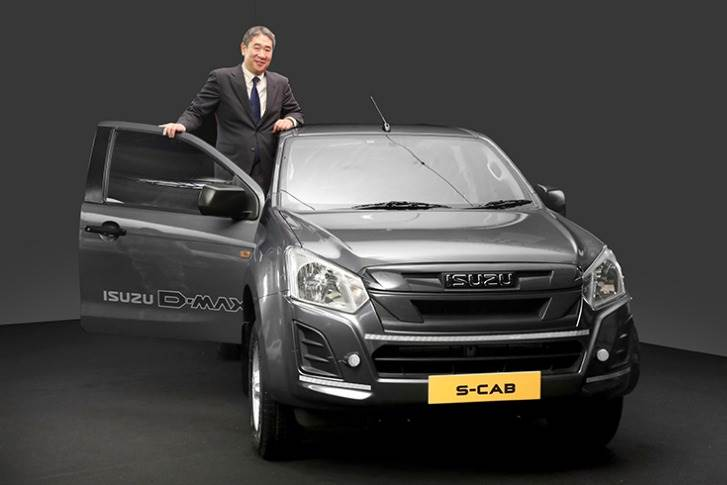 Ken Takashima, Deputy Managing Director, Isuzu Motors India, and the BS VI and D-Max S-Cab.