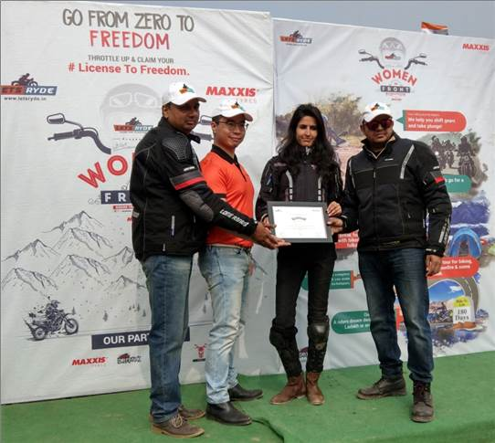 Bing-Lin Wu, marketing and retail sales head, Maxxis India with Amit Saini and Kuldeep Sharma co- founders, Lets Ryde handing out  the certificates to women riders.